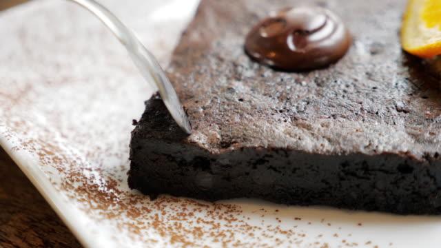 styckning tårta choklad brownie tårta, slow motion - brownie bildbanksvideor och videomaterial från bakom kulisserna
