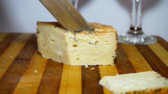 schneiden-käse auf einem holzbrett - brie stock-videos und b-roll-filmmaterial