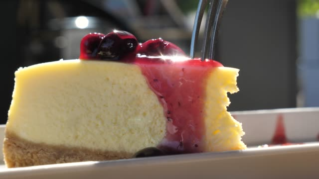 vídeos y material grabado en eventos de stock de tarta de queso de corte en cámara lenta - postre