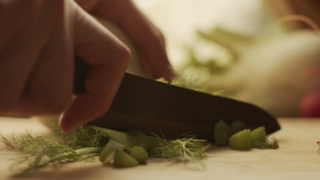 stockvideo's en b-roll-footage met het snijden van venkel op een hakbord - venkel