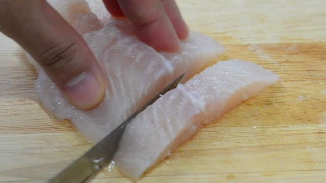 vídeos de stock e filmes b-roll de peixe de corte - bacalhau