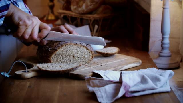 skär färsk hemlagad brunt bröd - brödlimpa bildbanksvideor och videomaterial från bakom kulisserna