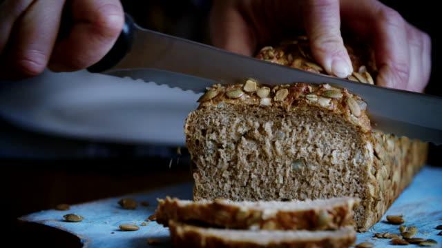 절단 신선한 만든 갈색 빵 - 빵 스톡 비디오 및 b-롤 화면