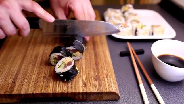 schneiden futomaki sushi roll - sushi stock-videos und b-roll-filmmaterial