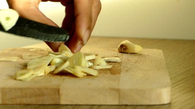 cutting garlic - aglio alliacee video stock e b–roll