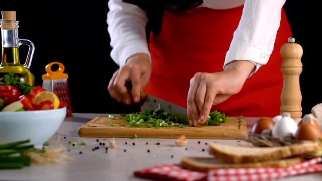 vídeos y material grabado en eventos de stock de corte de pimienta verde en la tabla de cortar cámara lenta - pimiento verde