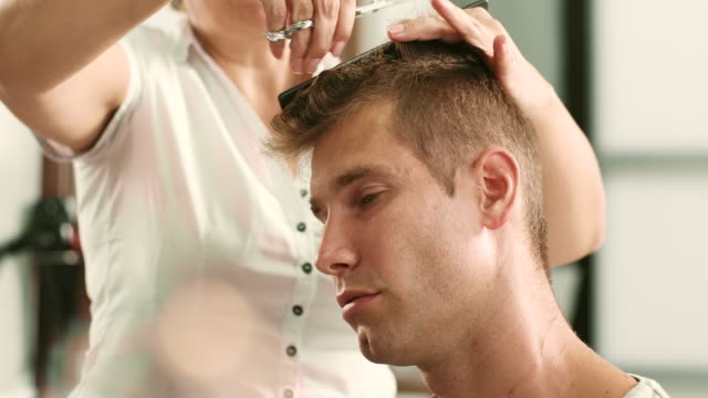 髪を切る  - 美容室のビデオ点の映像素材/bロール