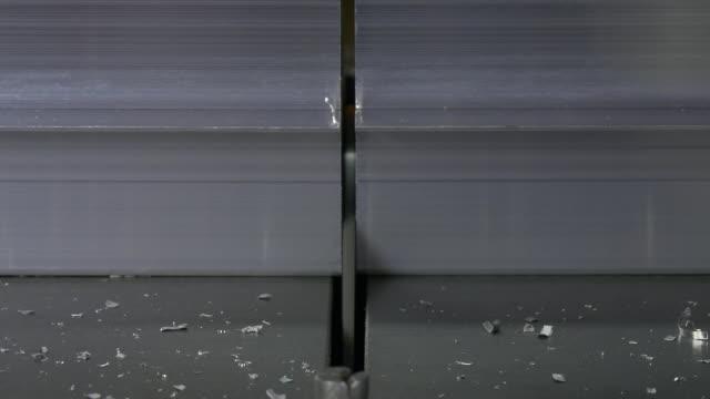 Snijden van metaal met cirkelzaag op geautomatiseerde machine door robot. video