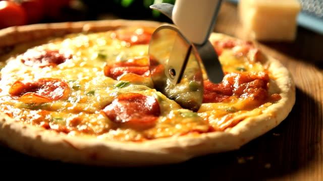 カティングのピザ - 一切れ点の映像素材/bロール