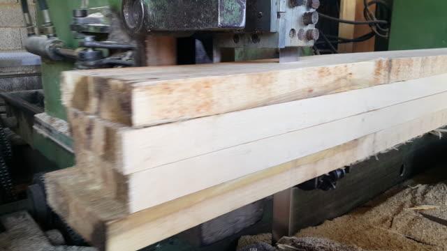 cutting process in logs machine tools - segatura video stock e b–roll