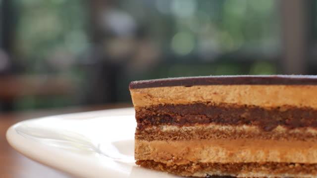 part de découpage du gâteau avec la vinaigrette au chocolat - Vidéo