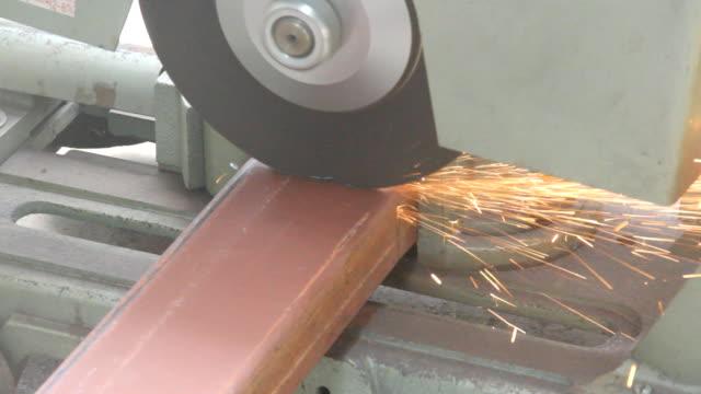 vídeos y material grabado en eventos de stock de cortar acero. - sparks