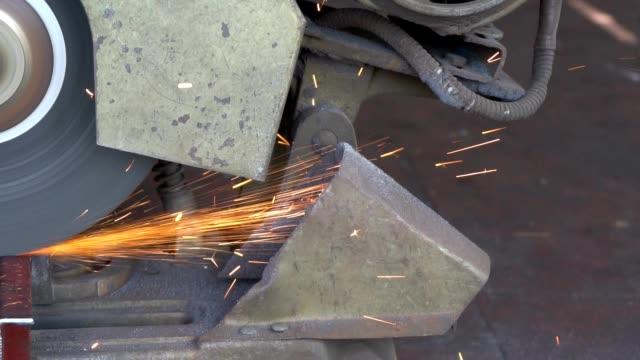 schneiden von stahl mit maschine zum schneiden von stahl durch arbeitnehmer - pflicht stock-videos und b-roll-filmmaterial