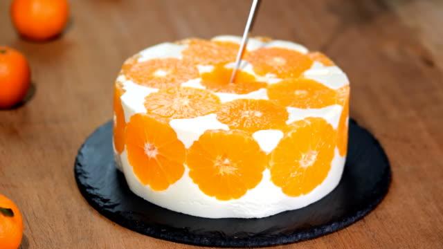 cutting the orange mousse cake. - sostanza gelatinosa video stock e b–roll