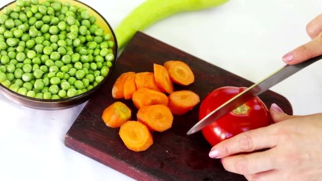 schneiden tomate - portion stock-videos und b-roll-filmmaterial