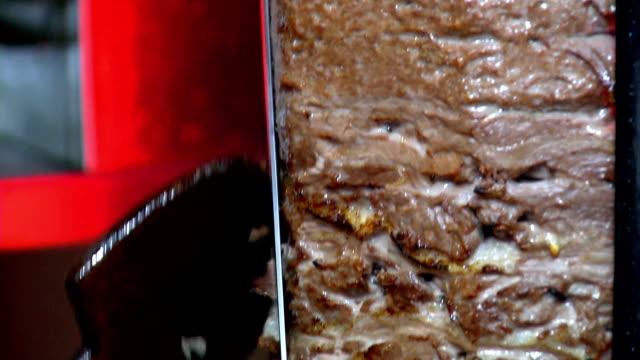 schneiden türkischen doner kebab - döner stock-videos und b-roll-filmmaterial