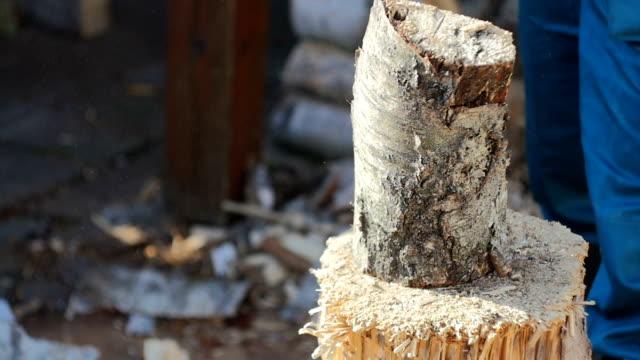 şömine için ahşap kesme - şömine odunu stok videoları ve detay görüntü çekimi
