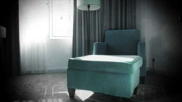cyan luxus samt bedeckt sessel vhs vintage tape - wohngebäude innenansicht stock-videos und b-roll-filmmaterial