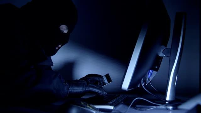 O cibercrime fraude de cartão de crédito - vídeo