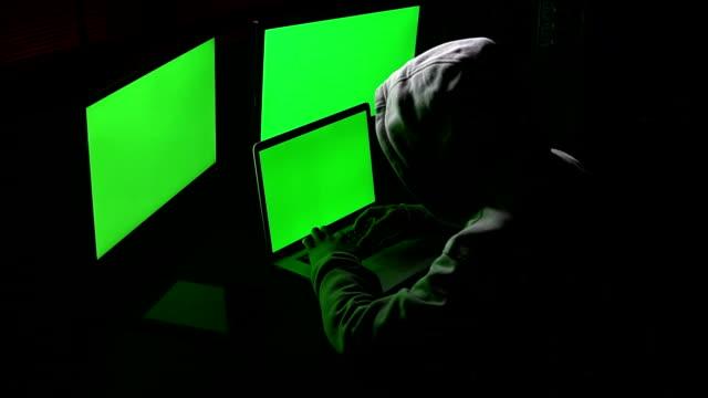 vídeos de stock, filmes e b-roll de cyber hacker trabalhando - roubo de identidade