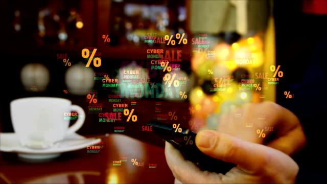 киберпонедельник продажи бизнеса за смартфон в руке - cyber monday стоковые видео и кадры b-roll