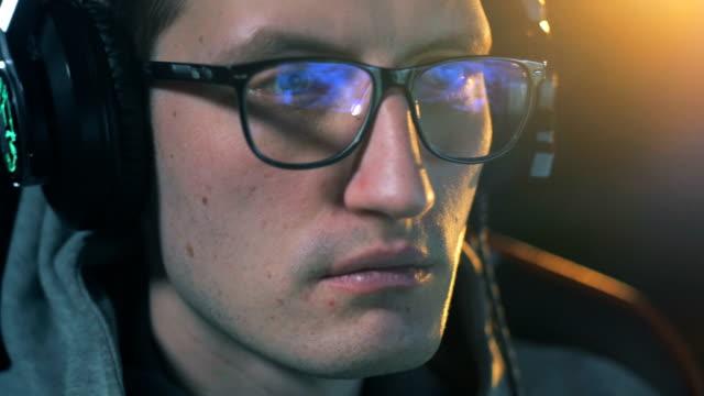 cyber sportsman in glasses playing games. professional gamer plays computer games. - współzawodnictwo wydarzenia filmów i materiałów b-roll