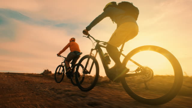 vídeos de stock, filmes e b-roll de pedalando ao pôr do sol - aventura