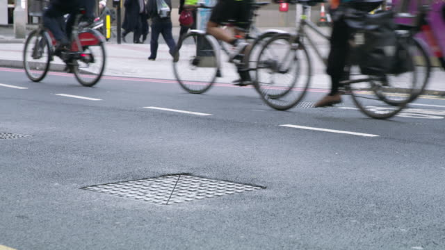 ws cyclists on the streets of london - montare video stock e b–roll