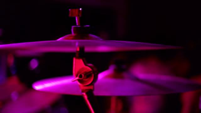 cymbaler närbild av trumset på en scen - trumset bildbanksvideor och videomaterial från bakom kulisserna