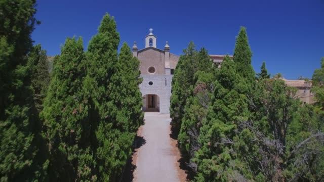 cypress gränd till eremitaget ermita de betlem i bergen i artà (serra artana eller massís d'artà) balearerna mallorca / spanien - pilgrimsfärd bildbanksvideor och videomaterial från bakom kulisserna