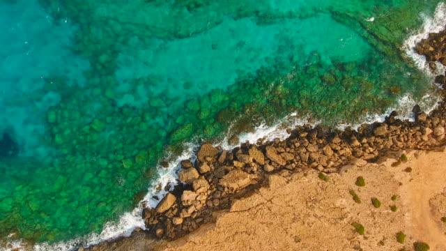 キプロス、アギア ナパ。空撮。美しい風景と海の波。 - 崖点の映像素材/bロール