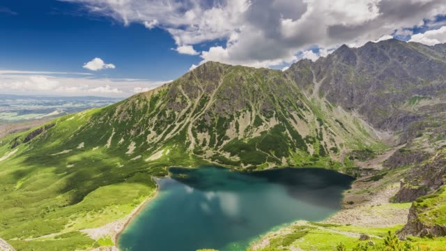 czarny staw gasienicowy lake in summer, tatra mountains, poland - polonia video stock e b–roll