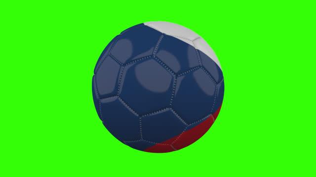 vídeos de stock, filmes e b-roll de bandeira tcheca na bola gira em fundo alfa verde transparente, loop - futebol internacional