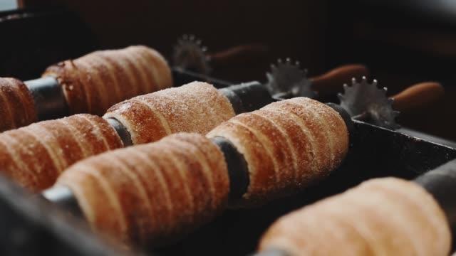 vidéos et rushes de alimentation de rue nationale tchèque appelée andouilles trdelnik est à cuire trop au cours de la période de noël et toute l'année. - prague