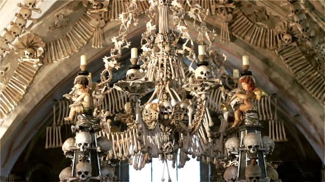 czech republic. kutna hora. skulls and bones in the ossuary in kutna hora - siodło filmów i materiałów b-roll