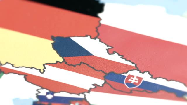 tschechien mit nationalflagge auf weltkarte - slowakei stock-videos und b-roll-filmmaterial