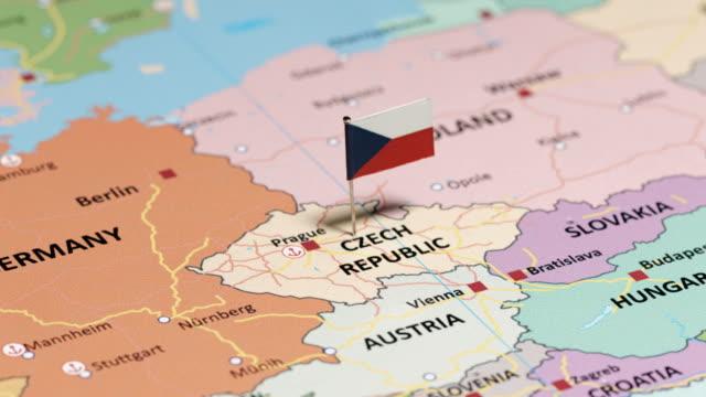 tschechien mit nationalflagge - slowakei stock-videos und b-roll-filmmaterial