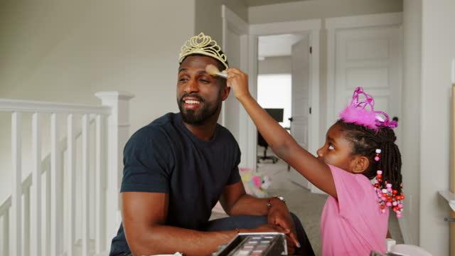 pappa och dotter playtime dress-up och sätta på makeup - enbarnsfamilj bildbanksvideor och videomaterial från bakom kulisserna