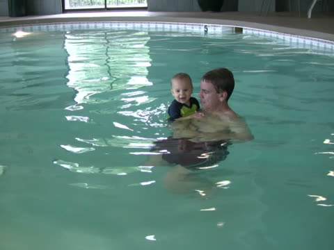 stockvideo's en b-roll-footage met dad and son splash ntsc - mid volwassen mannen