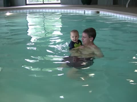 stockvideo's en b-roll-footage met dad and son splash pal - mid volwassen mannen