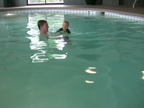 stockvideo's en b-roll-footage met dad and son swim ntsc - mid volwassen mannen