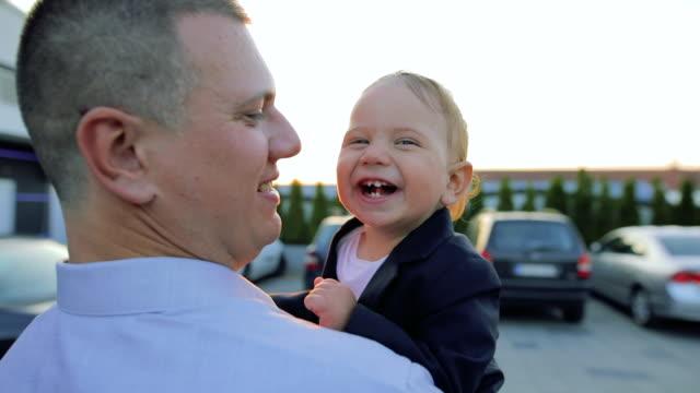 papà e figlio che camminano e sorridono - abbigliamento da neonato video stock e b–roll