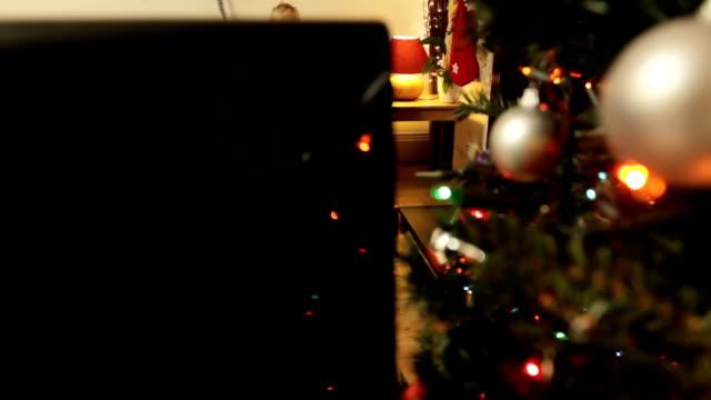fiocco: padre a natale addormentato - christmas movie video stock e b–roll