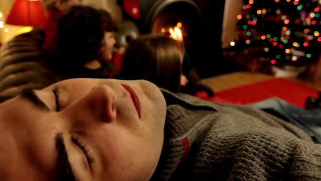 padre a natale addormentato - christmas movie video stock e b–roll