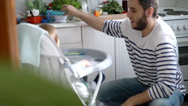 Papa, Reinigung, Baby und Verwirrung, die sie bei der Fütterung gemacht – Video