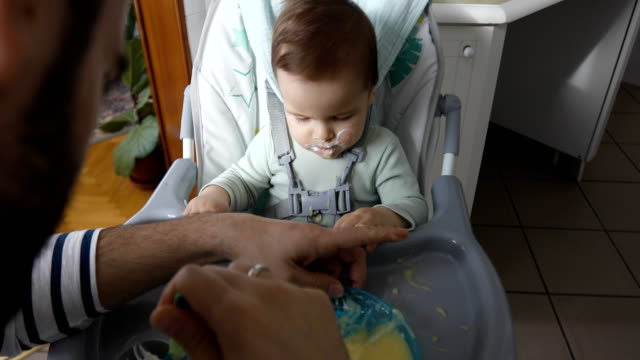 Papa Fütterung hungrigen baby – Video