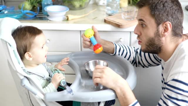Vater mit seinem Sohn beim Kochen ihn Essen spielen – Video