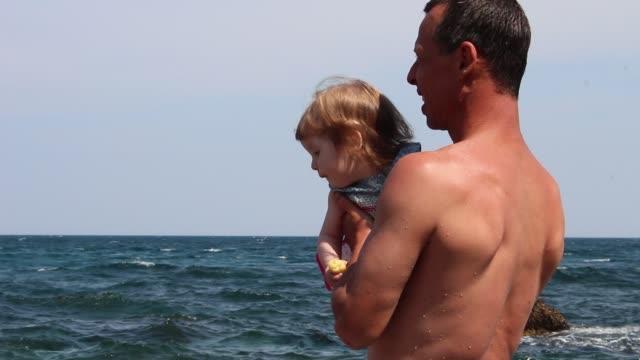 vídeos y material grabado en eventos de stock de padre con hija en la playa - padre que se queda en casa