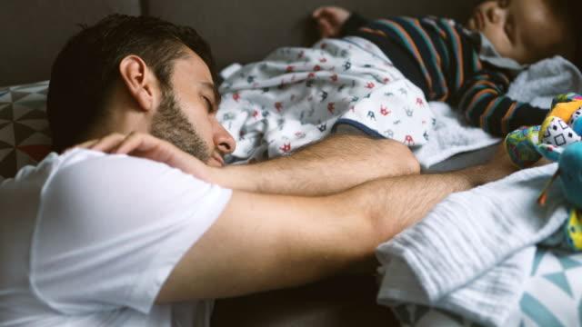 Papá y bebé durmiendo en el sofá - vídeo