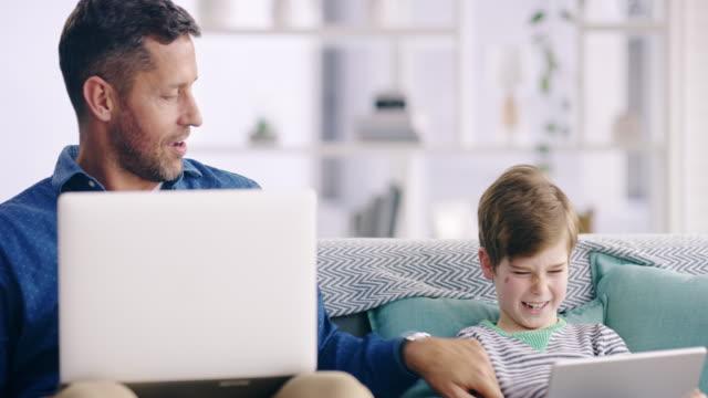 daddy knows how to be playful - surfować po internecie filmów i materiałów b-roll